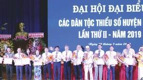 古芝縣人委會向積極民族工作的13個集體及12個人頒發獎狀。