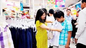 消費者在Co.op Mart超市購買新學年用品。