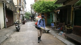 慶和省防疫人員在各民居區進行噴灑除蚊噴霧劑。(圖源:TM)