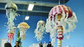 藝術家將塑料袋、塑料瓶等海洋垃圾製成展品,呼籲民眾保護環境。(圖源:互聯網)