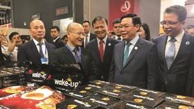 政府副總理王廷惠(右二)出席第十五屆中國-東盟博覽會並參觀越南咖啡展位。
