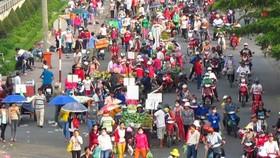 工人街市人車擁擠。