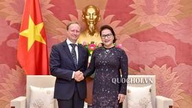國會主席阮氏金銀(右)接見歐盟駐越南代表團團長、大使布魯諾‧安格萊特。(圖源:Quochoi.vn)