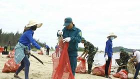 志願隊員們在清理沙芹海灘垃圾。(圖源:阮莊)
