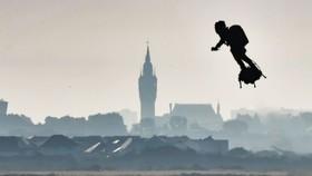 法國發明家沙帕塔成功從法國北部海岸出發,以自己設計的飛行滑板橫越英吉利海峽,抵達英國東南部多佛的聖瑪格麗特海灣。(圖源:AFP)