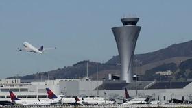 美國三藩市國際機場響應環保,20日開始禁售一次性瓶裝水。(圖源:AP)
