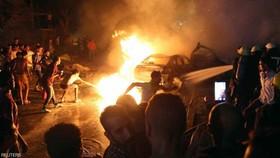 人們正在撲救爆炸引發的大火。(圖源:路透社)