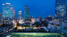 INNSiDE by Melía Saigon Central酒店頂層泳池可觀賞到本市美麗的夜景。