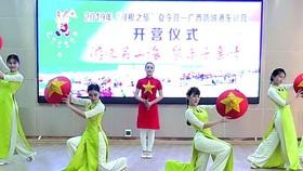 在開營儀式上,千華歌舞隊表演了多個歌舞節目助興。