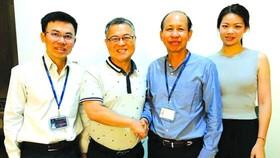 大發餅家總經理許玉林(左二)與華人明隆陶瓷企業家合作。