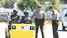 荷槍實彈的警員在美北加州聖克拉拉縣舉辦的集市上巡邏。(圖源:互聯網)