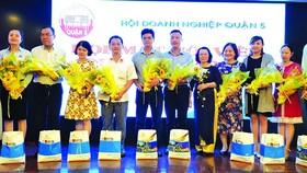 蘇慧蘭主席(左一)送花祝賀於7及8月份成立的會員企業。
