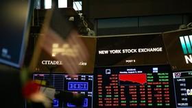 8月5日,在美國紐約證券交易所,電子屏顯示當天交易情況。 (圖源:新華社)