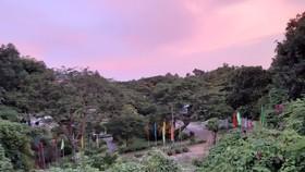 即毓山崗的黎明景色。