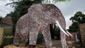 高約3米重2噸廢舊電池製作大象展出。(圖源:互聯網)