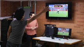 7月30日,在墨西哥首都墨西哥城,一名參與者測試虛擬現實遊戲。墨西哥國立自治大學科研團隊日前研發出多款基於虛擬現實技術的遊戲,可幫助上肢運動功能障礙患者開展神經康復治療。(圖源:新華社)