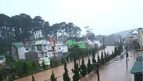 豪雨連綿導致大勒市多條街道盡成澤國。(圖源:重洋)