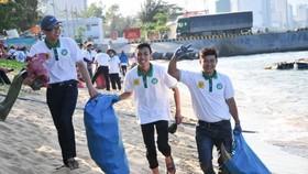 青年積極清理海灘垃圾。(圖源:V.T)