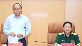 政府總理阮春福(左)在會議上發表講話。(圖源:光孝)