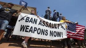 美國得克薩斯州埃爾帕索發生槍擊事件後,示威者舉著橫幅要求槍支管控。(圖源:AP)