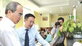 市委書記阮善仁(左)瞭解建設廳行政改革規程。(圖源:互聯網)
