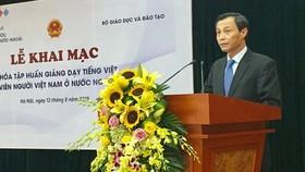 旅居海外越南人國家委員會副主任梁清毅致開幕詞。(圖源:T.P)