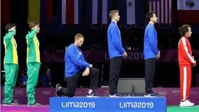 世界冠軍下跪抗議。(圖源:互聯網)