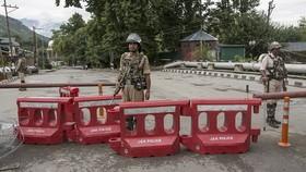 在印控克什米爾首府斯利那加,印度士兵在街頭檢查站執勤。(圖源:新華社)