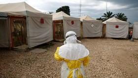 這是2019年3月30日,一名醫護人員在剛果(金)走向一家埃博拉治療中心。 (圖源:路透社)