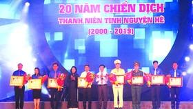 各集體單位及個人獲頒授政府總理的獎狀。(圖源:互聯網)