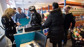 人民在一間超市內購物。(圖源:AFP)