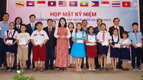 市越南東盟友好協會向舊邑和平盛郡共45名學生頒發助學金。