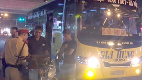 交警對超載客車的司機進行處罰。(圖源:春芳)