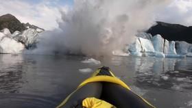 冰山結構倒塌的瞬間,還激起了巨大的波浪。(圖源:路透社)