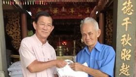 該廟理事向貧戶派發禮物。