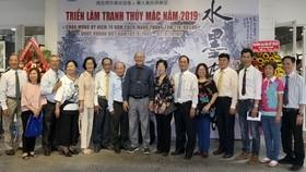 多位華人畫家與各單位領導和代表合影。