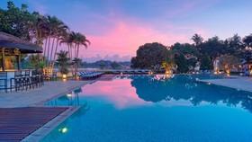 建在香江沿岸的Azerai La Residence酒店,從泳池可眺望順化京城的景色。(圖源:互聯網)