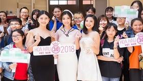 2018年越南小姐選美賽宣傳活動中,杜美玲、清秀、陶氏河等佳 麗與大學生們交流。