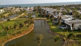 每座別墅前面是草坪與一個人工湖,景色美麗。