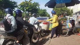 人們在路邊購物,也會導致交通局部堵塞。