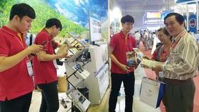 順捷旅行社向華人客戶提供旅遊諮詢。