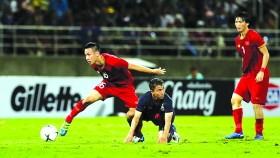 越南(紅衣)-泰國比賽一瞥。(圖源:互聯網)