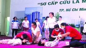紅十字會人員參加急救演習。