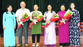 第五郡婦女會主席(左一)向上台交流代表贈送鮮花致謝。