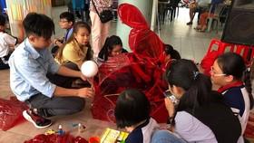 當天,設有各項引導小朋友學做月餅、製造傳統花燈。