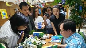 作家阮日映給讀者簽名留念。