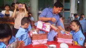 郡祖國陣線委員會主席黎晉才向殘疾學生派發禮物。