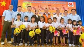 平陽省台商會會長吳俊瑩(右四)及各代表與少兒們合影。