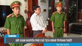 藩切市人委會副主席陳黃魁(中)站立著聽取執法警員宣讀逮捕令。(圖源:TNO視頻截圖)