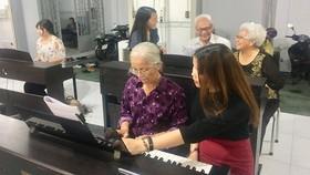 為長者教鋼琴並不簡單。